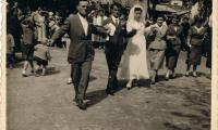Ο Γάμος του Βασίλη Κολοφώτη με την Ανθούλα (Ανθή) Αθανασίου το 1958 (Χορός στην Πλατεία) και κουμπάρο το Δημήτρη Αναστασίου, διακρίνεται ακόμη η Γιαννίτα Κ. Αναστασίου (ΕΥΧΑΡΙΣΤΟΥΜΕ ΤΟΝ ΤΑΣΟ ΑΝΑΣΤΑΣΙΟΥ ΓΙΑ ΤΗ ΦΩΤΟΓΡΑΦΙΑ)