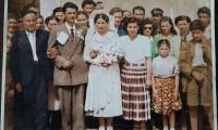 Αναμνηστική φωτογραφία από το γάμο του Δημήτρη και της Κατίνας Καραΐσκου γύρω στα 1950