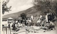 Πάσχα 1959.Πίσω αριστερά φαίνεται η Καλύβα-Αποστακτήριο Τσίπουρου του Δαδιώτη